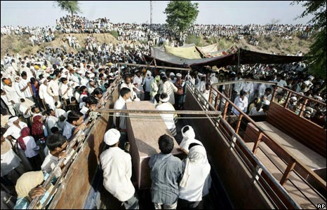 Gujjars with bodies of dead protesters