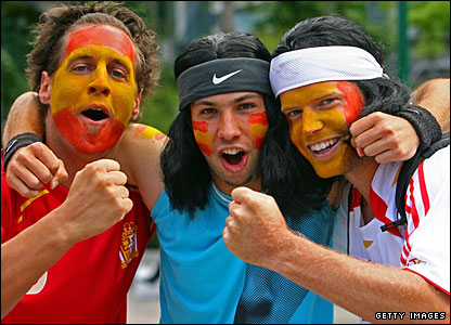 Spanish fans get in the mood ahead of Rafael Nadal's quarter-final against Nicolas Almagro