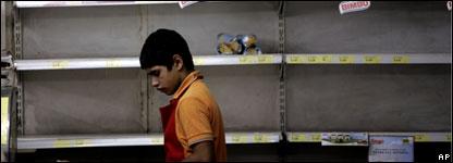 Joven argentino en un supermercado vacío