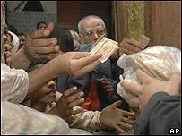 Egipcios comprando pan subsidiado en El Cairo