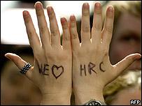 """Manos con """"Te queremos HRC"""" escrito."""