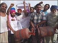 Protesta en India contra el aumento de los combustibles, AFP