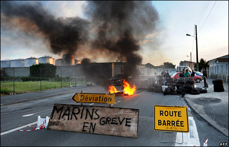 French fishermen block access to the oil terminal in the south-western port of La Rochelle (18 May 2008)