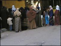 طابور من المصريين على أحد الأفران خلال أزمة الخبز الأخيرة