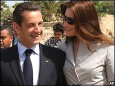 French President Nicolas Sarkozy and his wife Carla Bruni-Sarkozy visit the archaeological site of Carthage, outside Tunis