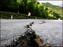 Grieta en la carretera tras terremoto en Sichuan, China
