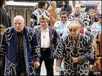 Miembros de la comunidad aino