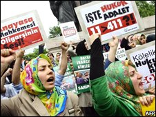 Women in headscarves protest in Istanbul