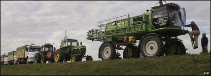 Camiones bloqueandos por maquinaria agrícola una ruta en Argentina