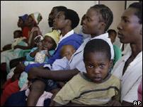 Madres con sus hijos en Zimbabue
