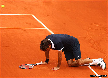 Roger Federer tumbles in Paris