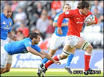 Sam Warburton races away from Carlo Vannini to score