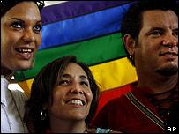 Mariela Castro, directora del CENESEX celebra el día contra la homofobia con dos participantes