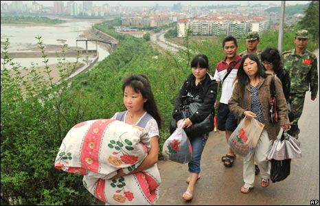 People move to higher ground as drainage begins at the Tangjiashan quake lake (7/6/08)
