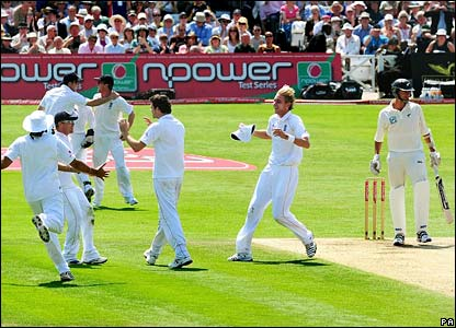 England celebrate after last man Chris Martin is caught at second slip by Paul Collingwood
