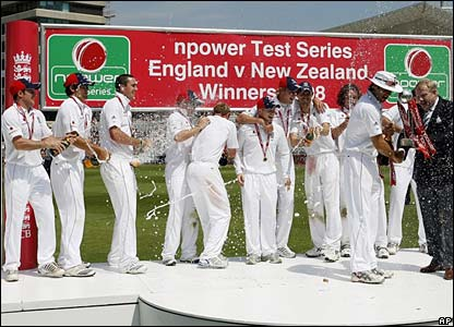 England's players celebrate as captain Michael Vaughan receives the series trophy