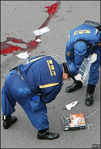Policía japonesa en la escena de la tragedia.