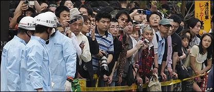 Transeúntes y policía japonesa en la escena de la tragedia.