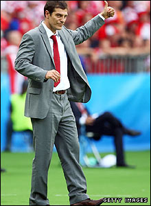 Slaven Bilic gives a thumbs up