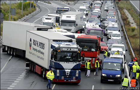 Lorries block the ring road around Madrid (9 June 2008)