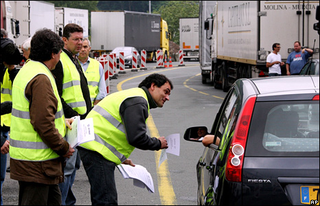 Lorry drivers seek the support of motorists near the France-Spain border (9 June 2008)