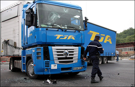 A Portuguese lorry that was attacked for crossing the picket line on the France-Spain border (9 June 2008)