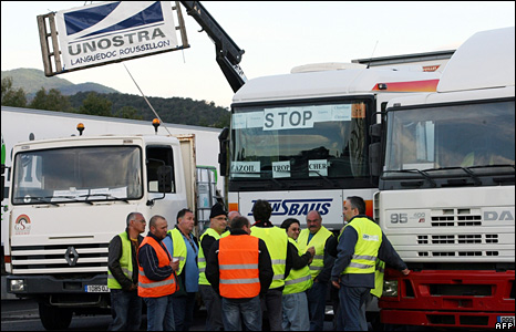 French lorry drivers disrupt traffic near the France-Spain border (9 June 2008)