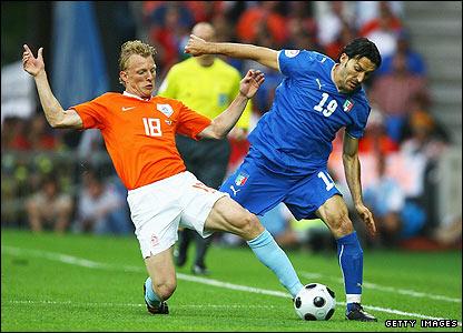 Dirk Kuyt challenges Italy's Gianluca Zambrotta