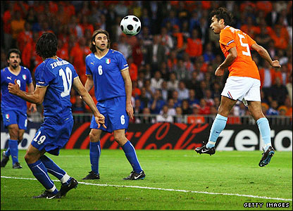 Gio Van Bronckhorst heads home Dirk Kuyt's cross