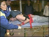 Charly García llevado en camilla a la clínica