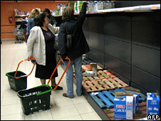 Empty shelves in a supermarket in Aranjuez