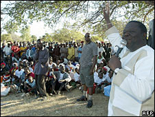 Morgan Tsvangirai (R) addresses a rally in Kwekwe, 220km from Harare, on 8 June 2008