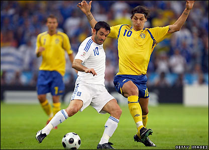 Karagounis and Ibrahimovic contest possession