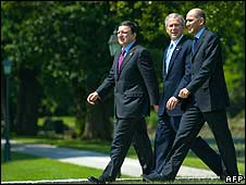 US President George W Bush (C), Slovenian Prime Minister Janez Jansa (R) and European Union Commission President Jose Manuel Barroso (L) walking