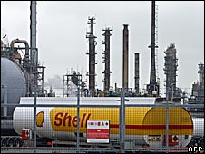 Grangemouth refinery with Shell tanker