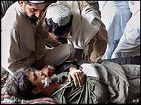 Integrante de tribu paquistaní, herido durante choques entre fuerzas afganas y militantes del talibán (11/06/08).