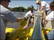 Volunteers place sandbags in Cedar Falls, Iowa, 10 June