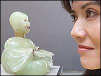 Сотрудница аукционного дома Christie's со статуэткой Будды работы Фаберже из коллекции Аристотеля Онассиса (фото PA)