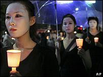 Chicas marchando con velas