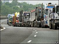Camioneros ingleses bloquean la ruta A40