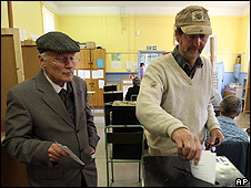 Voters in Dublin, 12 Jun 08