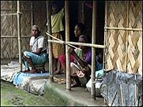 Familia de la tribu Santhal en Assam, India
