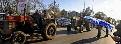 Agricultores argentinos bloquean las carreteras en protesta contra el gobierno.
