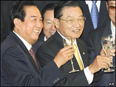 Chinese negotiator Chen Yunlin (L) toasts with Taiwan's Chiang Pin-kun after exchanging documents during a signing ceremony in Beijing on Friday