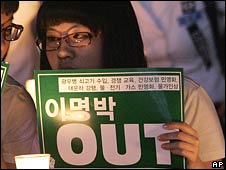 Schoolgirls demonstrate over US beef imports in Seoul on Wednesday