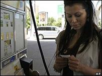 Mujer en gasolinera