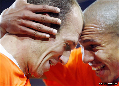 Nigel de Jong (r) celebrates with Arjen Robben