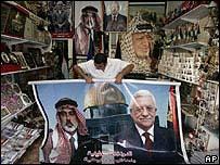 Un vendedor de souvenirs en Gaza despliega un póster con la foto del destituido primer ministro Ismail Haniyeh, líder de Hamas, y del presidente palestino, Mahmoud Abbas