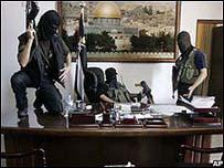 Milicianos de Hamas tras tomar la oficina del presidente Abbas en Gaza