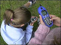 Niñas utilizando un celular